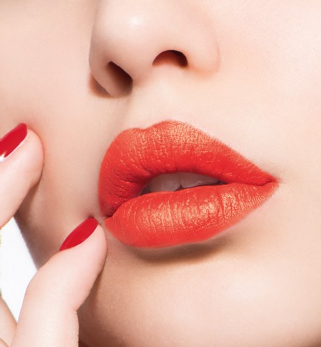 son-dior-ultra-rouge-545-ultra-mad-swatch